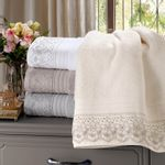 toalha-de-banho-gigante-com-renda-81x150cm-em-algodao-egipcio-500gr-buettner-sahar-cor-cinza-vitrine