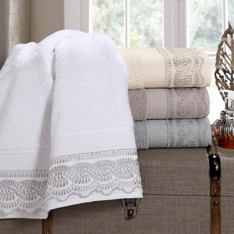 jogo-de-toalhas-5-pecas-em-algodao-500-gramas-por-metro-quadrado-e-aplicacao-de-renda-bouton-freire-cor-branco-vitrine